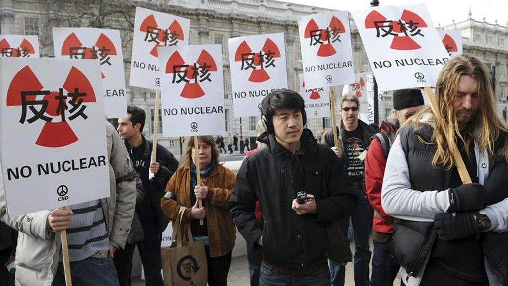 Manifestantes guardan un minuto de silencio durante una protesta contra la energía nuclear organizada por la Campaña por el Desarme Nuclear a las afueras de Downing Street, en Londres, Reino Unido, el pasado 20 de marzo. EFE/Archivo
