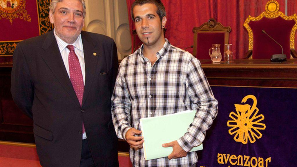 El premiado (a la derecha), junto a Antonio Delgado Luna, presidente de la Fundación Avenzoar. Foto: Cedida.