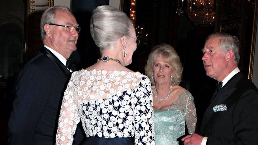 Henrik y Margarita de Dinamarca con Carlos, y Camilla, duques de Cornualles