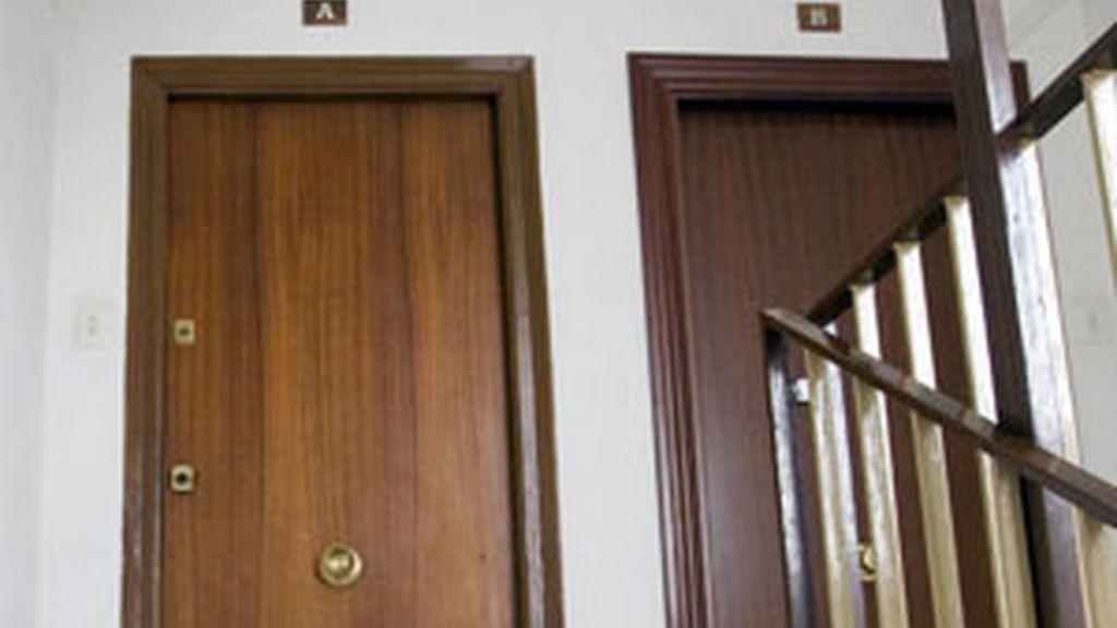 Puerta de la vivienda donde ha sido asesinada una mujer ecuatoriana en Zaragoza. FOTO: EFE