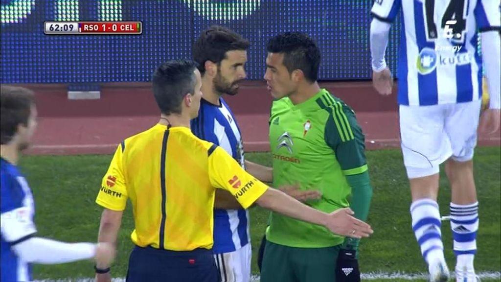 Cabral derriba al Chory Castro con una dura entrada y se encara con Xabi Prieto