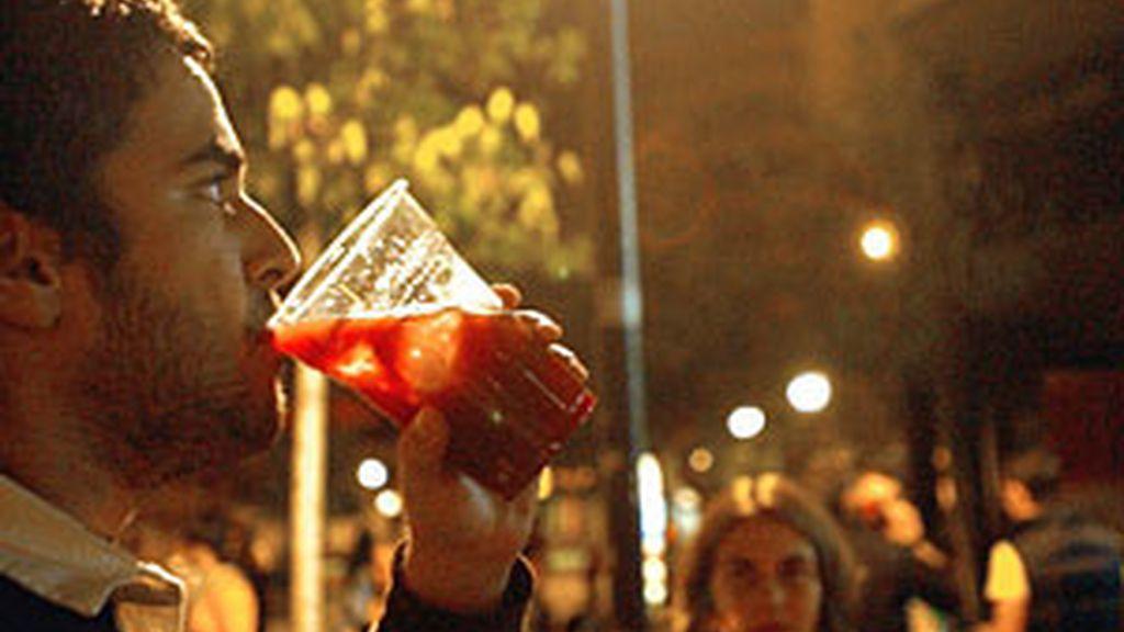 En torno al alcohol se han creado una serie de mitos, como creer que mejoran el funcionamiento sexual. Foto: EFE/Archivo.