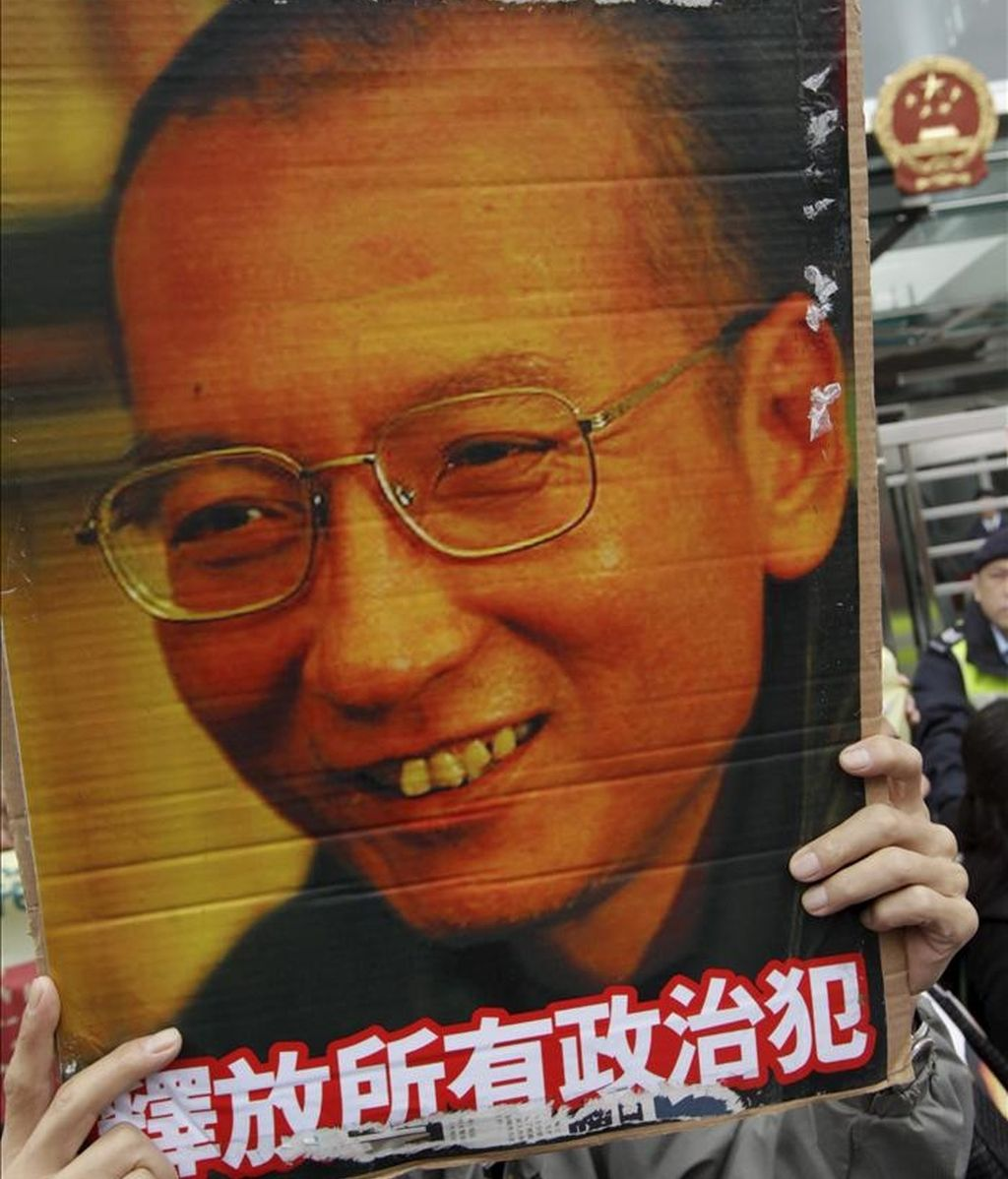 Activistas se manifiestan para pedir la libertad del Nobel de la Paz, Liu Xiaobo (en la foto), en Hong Kong (China). EFE/Archivo