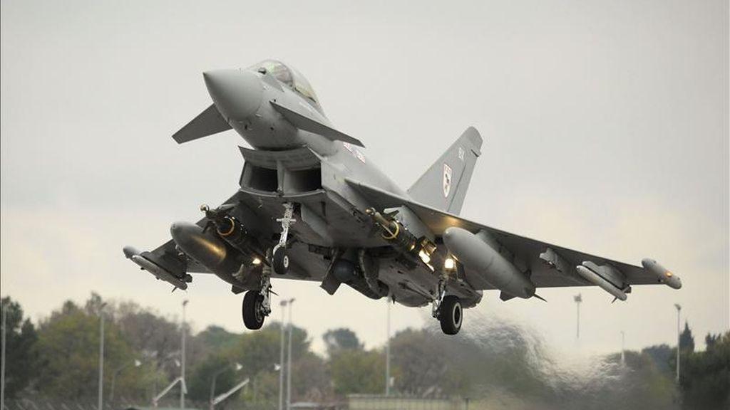 Imagen facilitada por el ministerio de Defensa británico ayer, 18 de abril de 2011, muestra un avión Typhoon de la Real Fuerza Aérea Británica que despega desde Gioia del Colle (Italia), el 16 de abril de 2011. EFE/Sergeant Pete Mobbs/British Ministry of Defense
