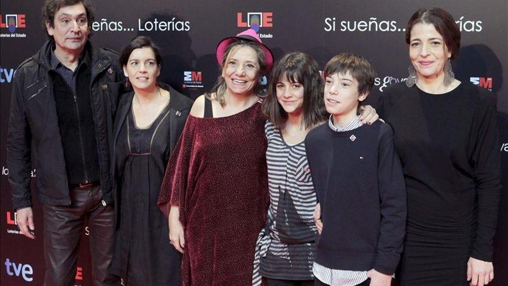 """El director mallorquín Agustí Villaronga (i), posa con los actores de la película, """"Pa negre"""", durante la fiesta de los candidatos a la XXV edición de los Premios Goya 2011, convocatoria en la que obtuvo varios de los galardones. EFE/Archivo"""