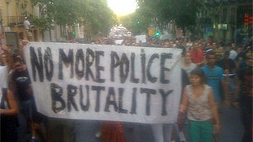 La manifestación contra la actuación policial de las dos pasadas noches tenía previsto concluir en la Puerta del Sol. Fotos: Antonio Gil.