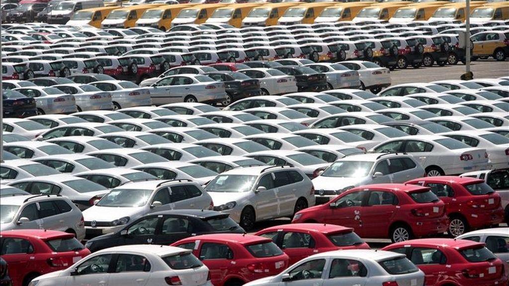 El productor automovilístico alemán Volkswagen logró en 2010 un beneficio neto récord de 7.226 millones de euros, casi ocho veces más que en 2009 (911 millones de euros). EFE/Archivo