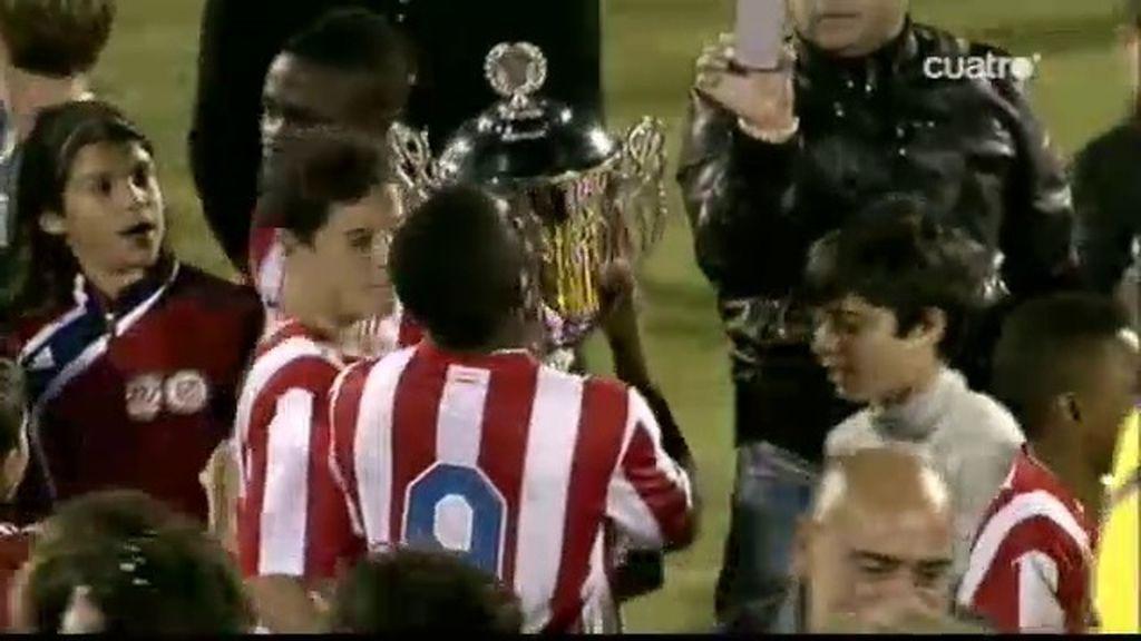 Salomón Obama besa la copa del campeonato