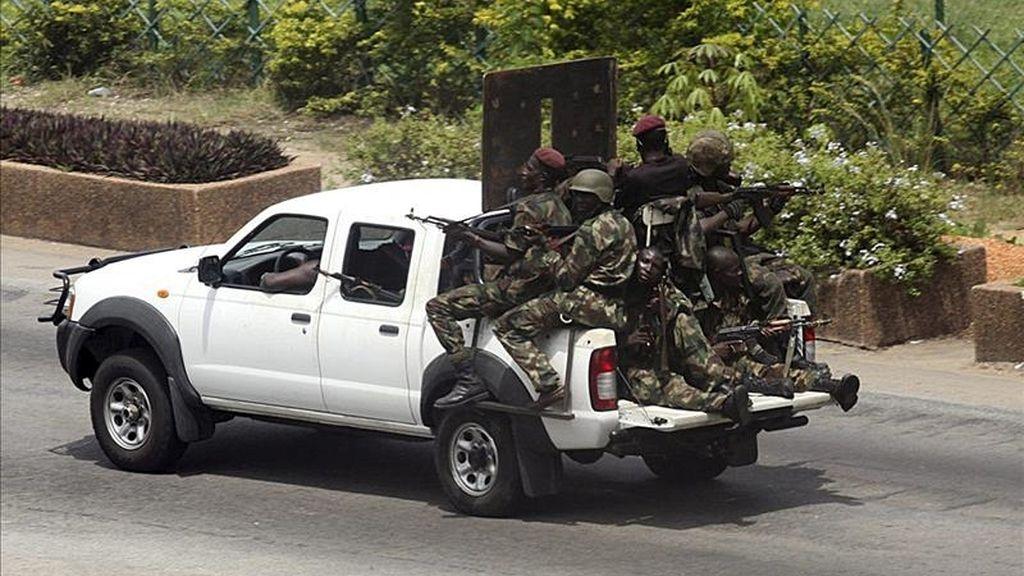 Fuerzas leales al presidente saliente Laurent Gbagbo patrullan una calle de Abiyán, Costa de Marfil,  ayer domingo 3 de abril. EFE