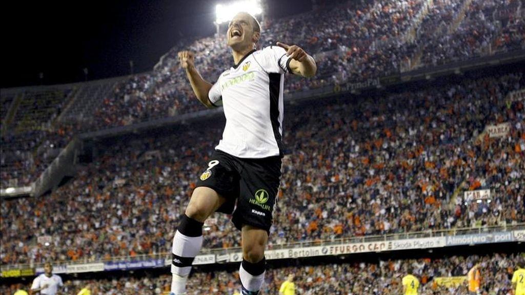 El delantero del Valencia CF Roberto Soldado celebra su gol durante el partido correspondiente a la trigésima primera jornada del Campeonato Nacional de Liga de Primera División que enfrentó al conjunto che con el Villarreal CF este domingo en el estadio de Mestalla. EFE