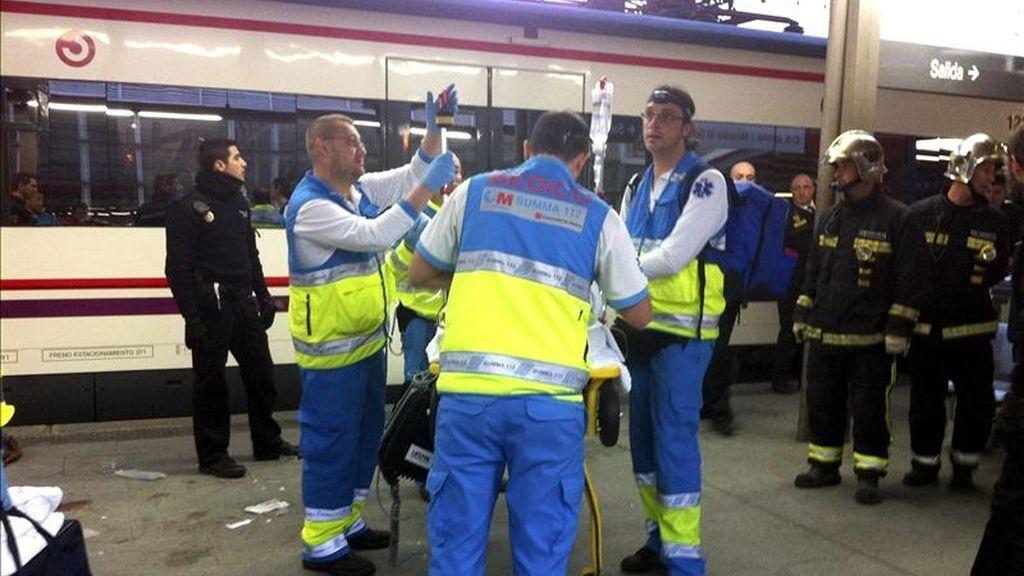 En la imagen, momento en el que personal del Servicio de urgencia médica de la Comunidad de Madrid atiende al joven de dieciocho años que perdió ayer las dos piernas al ser arrollado por un tren en la estación de Cercanías de Leganés Central. EFE