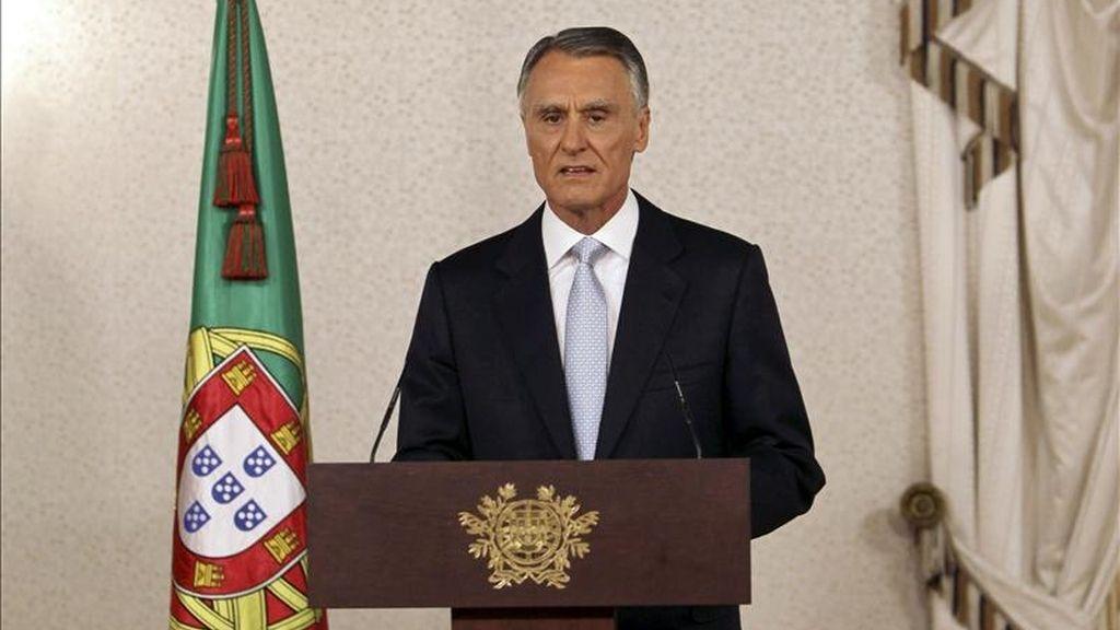 El jefe de Estado portugués, el conservador Anibal Cavaco Silva, anuncia hoy que acepta la renuncia presentada el 23 de marzo por el primer ministro socialista José Sócrates, y convoca elecciones anticipadas para el 5 de junio, durante una rueda de prensa en Lisboa (Portugal). EFE
