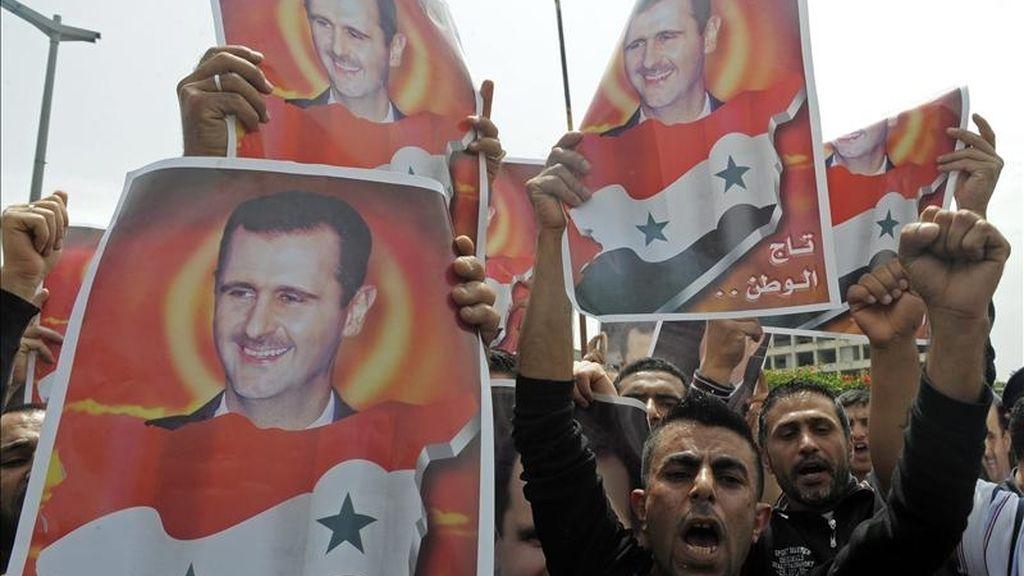 Activistas sirios gritan lemas en favor del régimen del presidente sirio Bachar Al Asad ante el edificio de la ONU en Beirut, Libano, ayer lunes 2 de mayo de 2011. EFE