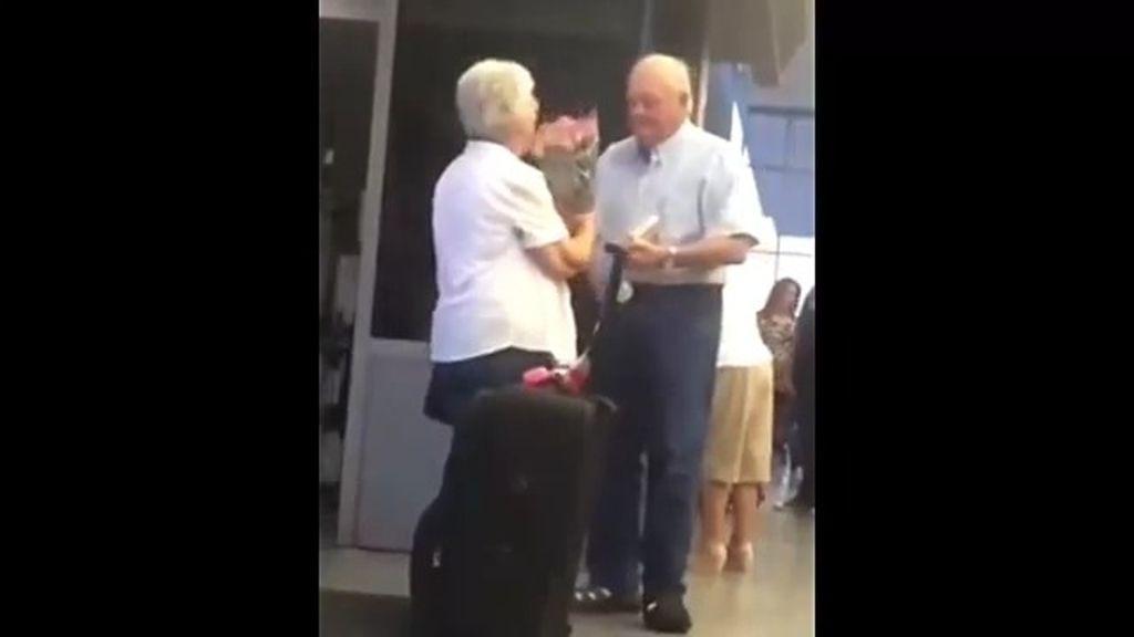 Sorpresa en el aeropuerto que se vuelve viral: Tierno reencuentro de un 'viejo' matrimonio