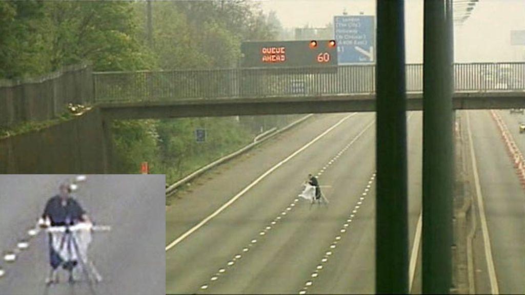 La misteriosa imagen del hombre que plancha. Foto Daily Mail.