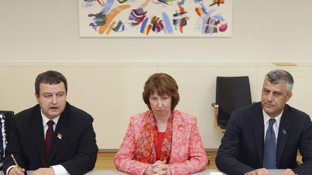 Los primeros ministros serbio y kosovar, Ivica Dacic y Hashim Thaçi y La jefa de la diplomacia europea, Catherine Ashton