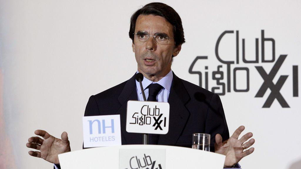Aznar pide a Rajoy que baje los impuestos