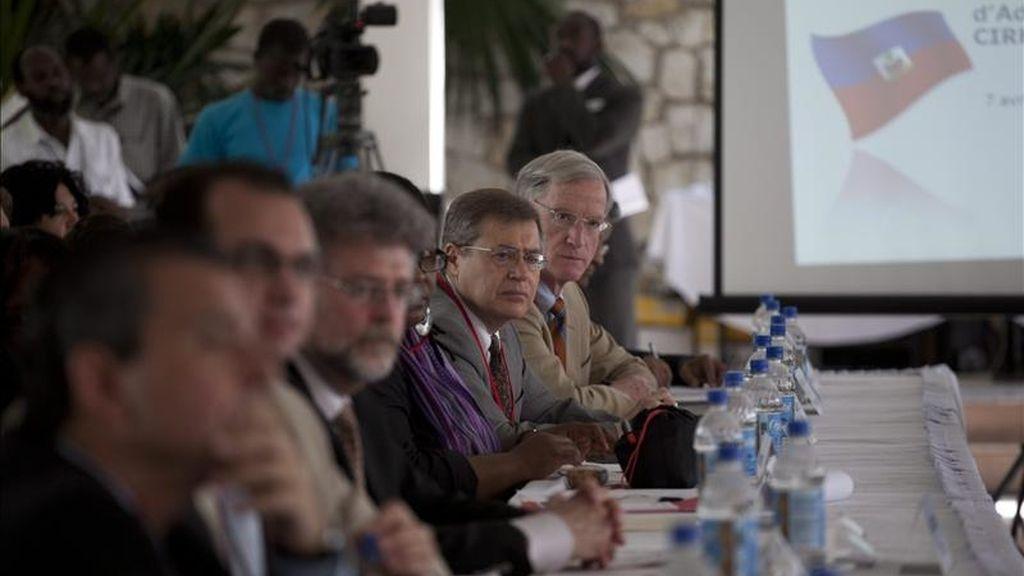 El embajador español para la Reconstrucción de Haití, Arturo Reig (c), escucha al primer ministro del país caribeño y copresidente de la Comisión Interina para la Reconstrucción de Haití (CIRH), Jean Max Bellerive, durante la reunión de la comisión en Puerto Príncipe (Haití). EFE