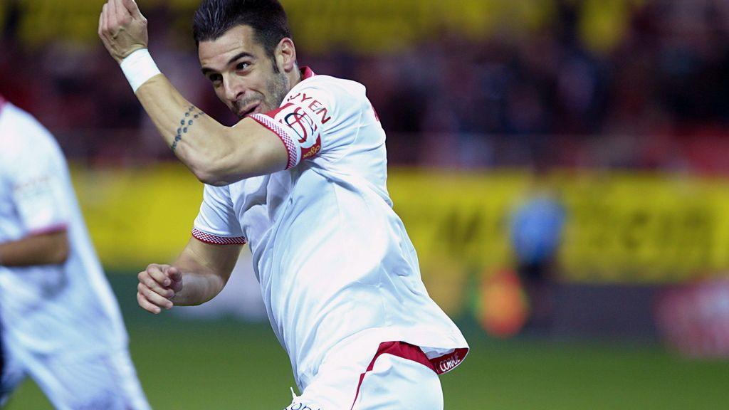 El delantero del Sevilla Álvaro Negredo celebra el gol marcado ante el Zaragoza durante el partido de vuelta de cuartos de final de la Copa del Rey
