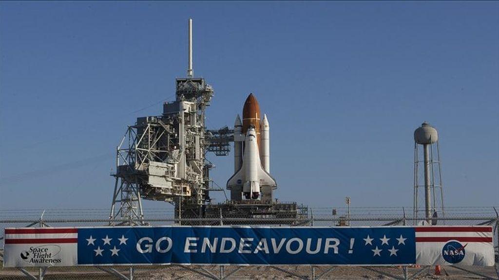 Fotografía de archivo fechada el 11 de marzo de 2011 del transbordador Endeavour en la plataforma de lanzamiento 39A detrás de una pancarta de apoyo, en el Centro Espacial Kennedy, en Cabo Cañaveral, Florida (EE.UU.). EFE/Archivo