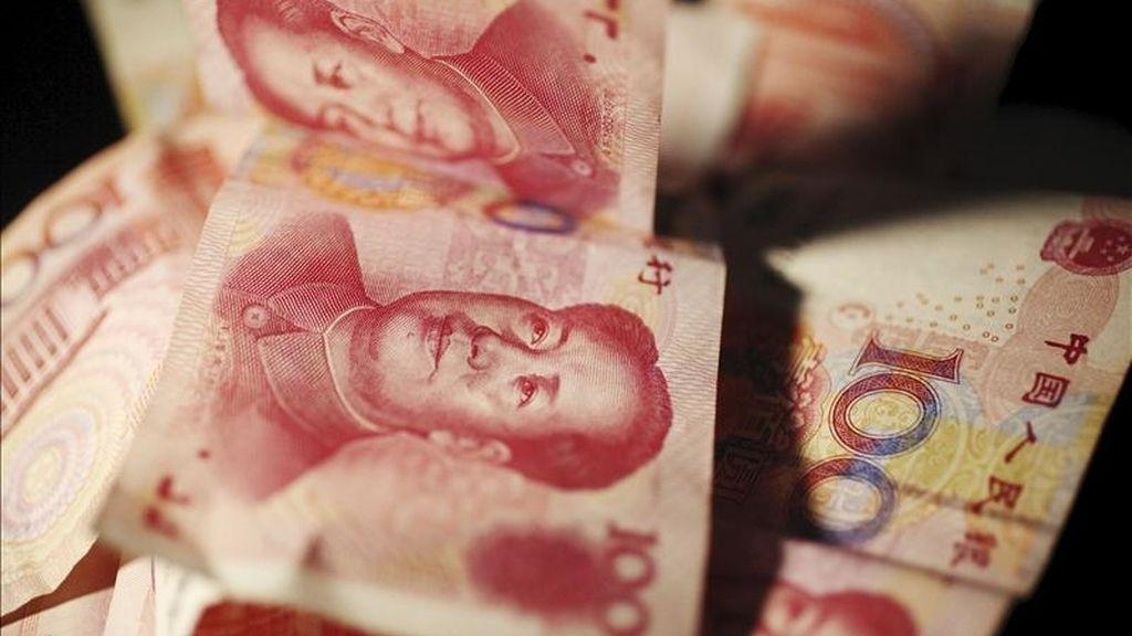 Varios billetes de 100 yuanes fotografiados en Pekín (China). El Banco Popular de China (PBOC, central) ha anunciado una subida de los tipos de interés de un cuarto de punto. EFE/Archivo