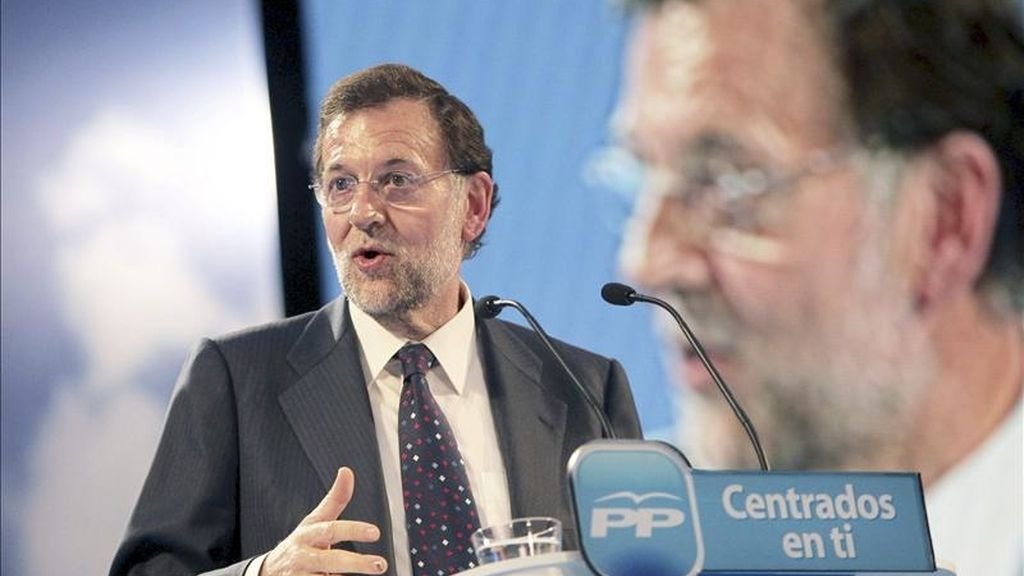 El presidente del Partido Popular, Mariano Rajoy, interviene durante el mitin electoral que ha tenido lugar en Logroño. EFE