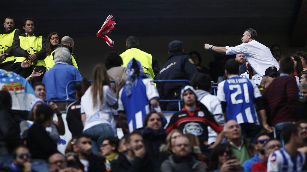 Un seguidor del Atlético regaló su bufanda rojiblanca a los aficionados del Dépor