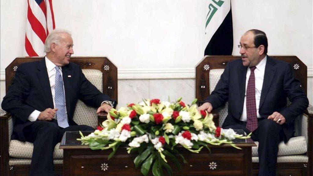 El primer ministro iraquí, Nuri Al Maliki (dcha), conversa con el vicepresidente estadounidense, Joe Biden, durante una reunión en Bagdad (Irak). EFE/Oficina del primer ministro iraquí