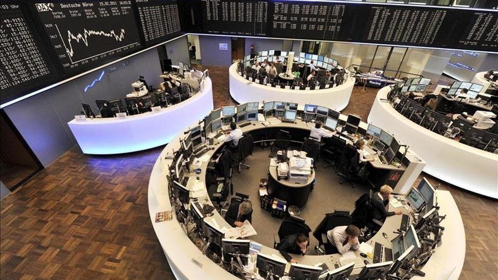 En la imagen, agentes en la Bolsa de Fráncfort, Alemania. EFE/Archivo