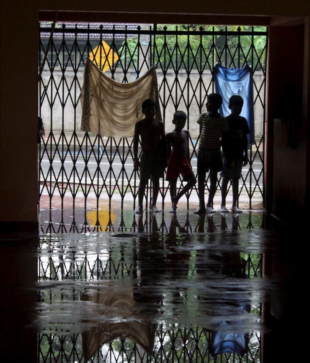 Unos niños desplazados por las inundaciones que se registraron en mayo de 2010, juegan en un templo de Gampaha, a 40 kilómetros de Colombo en Sri Lanka. EFE/Archivo