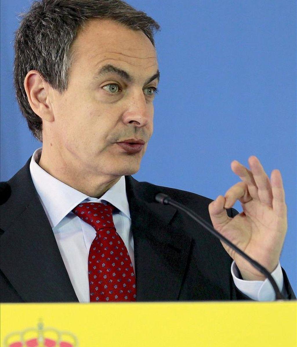 El presidente del Gobierno, José Luis Rodríguez Zapatero, durante la rueda de prensa que ofreció tras la reunión que mantuvo hoy con inversores chinos, en la residencia del embajador español en Pekín. EFE