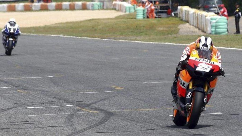 El piloto español de MotoGP de Repsol Honda, Dani Pedrosa, seguido por su compatriota de Yamaha, Jorge Lorenzo (izda), comienza la última vuelta del Gran Premio de Portugal en el circuito de Estoril. EFE