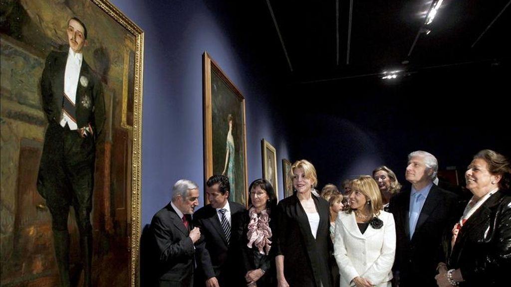"""La baronesa Carmen Cervera (c) y el duque de Huéscar, Carlos Fitz-James Stuart Martínez de Irujo, (2d); la alcaldesa de Valencia, Rita Barberá (d) y la consellera de Cultura, Trinidad Miró (3d), entre otros, durante la inauguración de la exposición """"Retratos de la Belle Époque"""". EFE"""