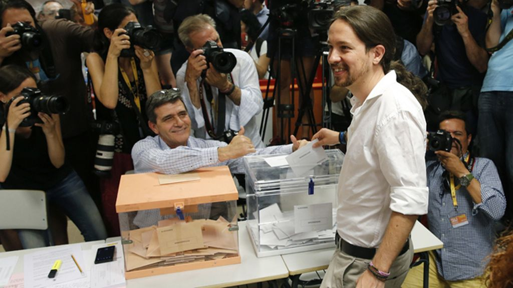 Pablo Iglesias vota entre una gran expectación mediática
