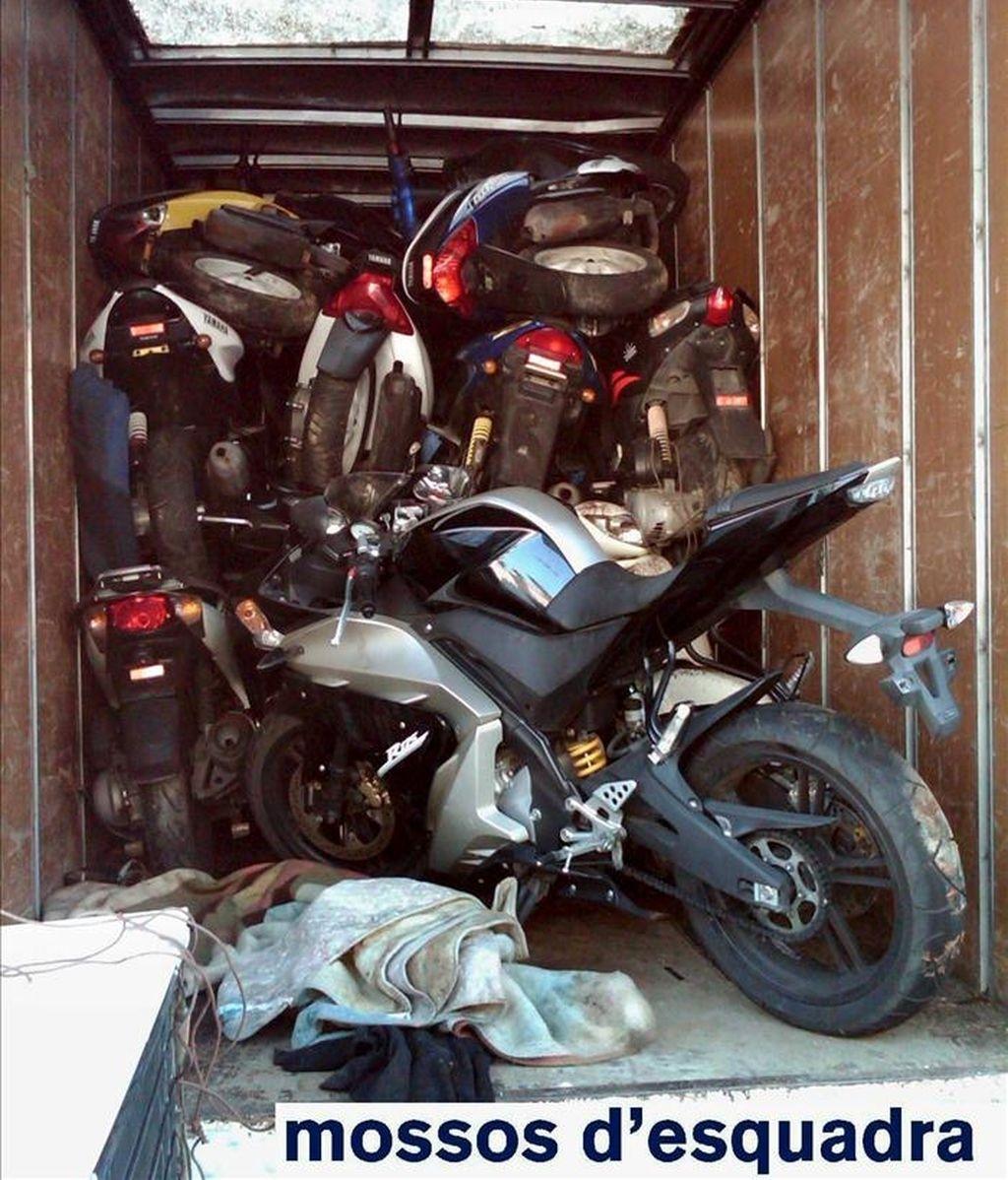"""Fotografía facilitada por la policía autonómica """"Mossos d'Esquadra"""", que han recuperado 21 motocicletas robadas en el Puerto de Barcelona cuando estaban a punto de ser cargadas para salir en barco en dirección a Tánger (Marruecos). EFE"""
