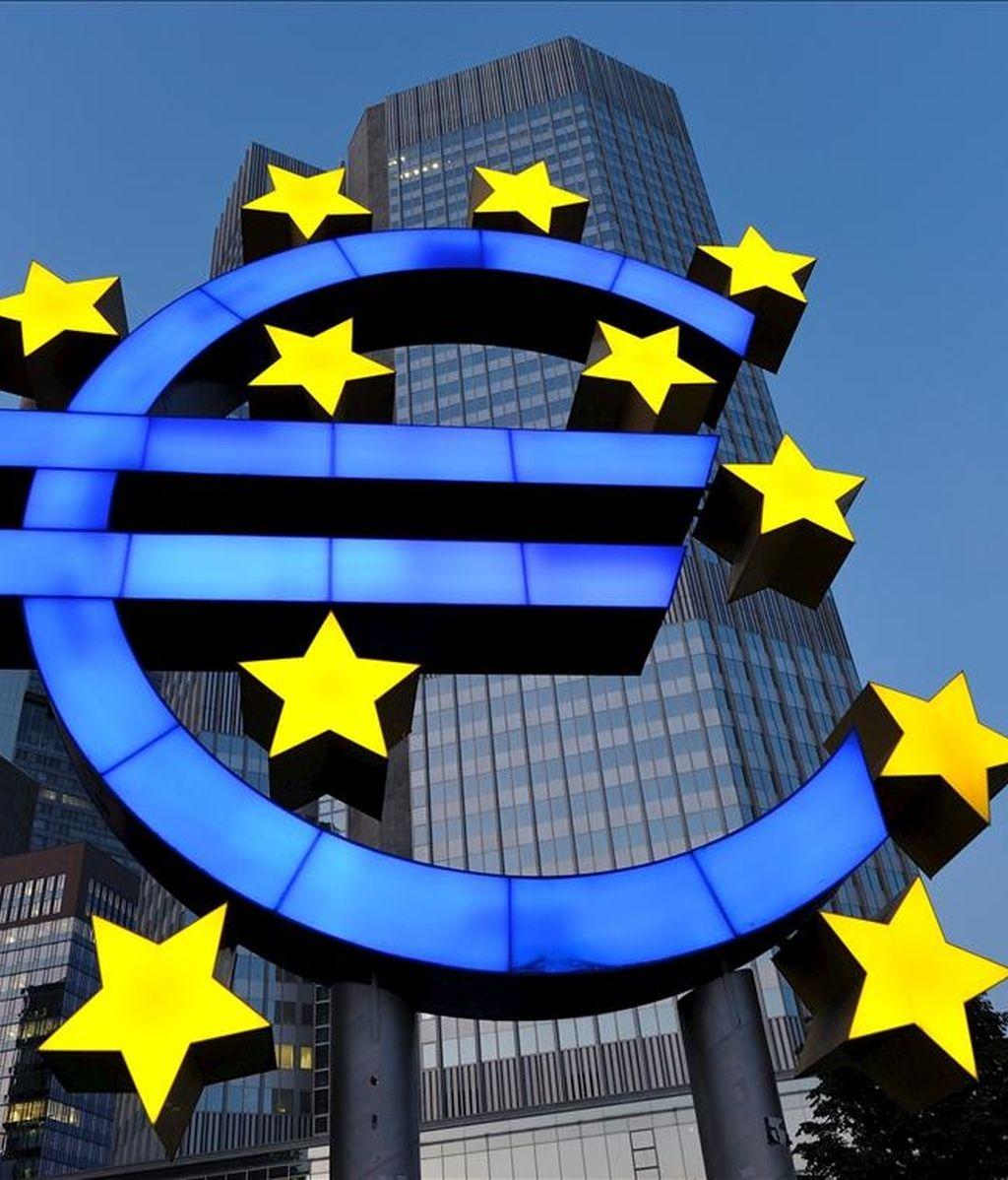 En la imagen, una escultura del símbolo del euro frente a la sede del Banco Central Europeo (BCE), en Fráncfort, Alemania. EFE/Archivo