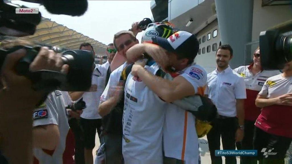Marc Márquez y Tito Rabat se funden en un emotivo abrazo tras el título mundial