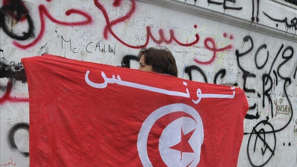 Un manifestante con una bandera tunecina en una  concentración. EFE/Archivo
