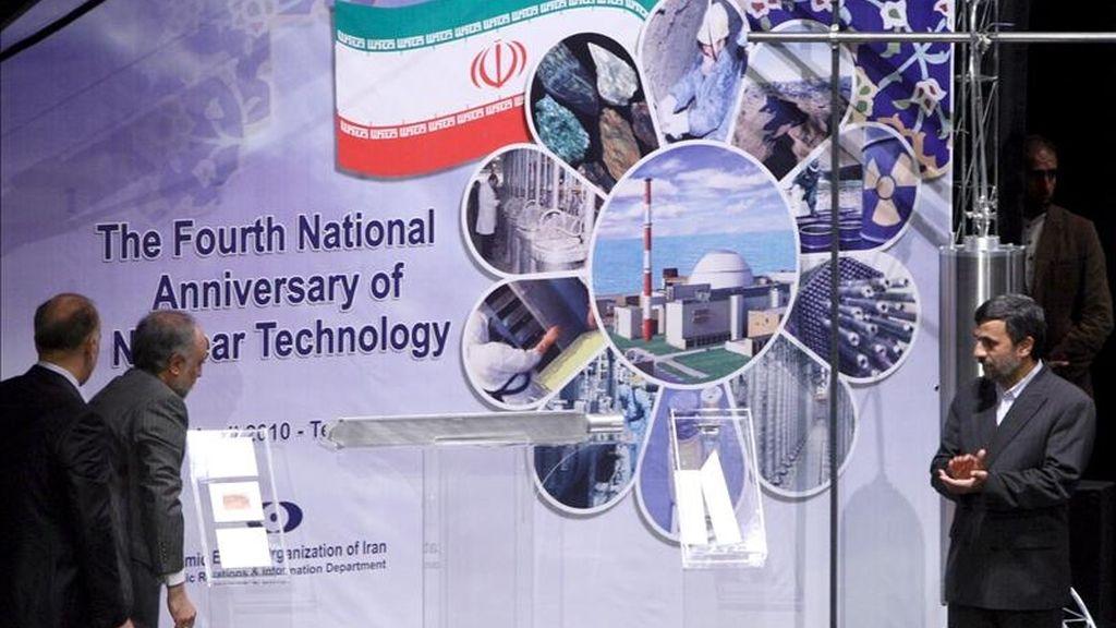 El presidente iraní, Mahmud Ahmadineyad (d) y el director de la Organización de la Energía Atómica de Irán (OIEA), Ali-Akbar Salehi (2i), desvelan la fabricación de la tercera generación de las centrifugadoras a mano de los científicos iraníes, durante el acto de la conmemoración del día de la energía nuclear, el 9 de abril de 2010 en Teherán (Irán). EFE/Archivo