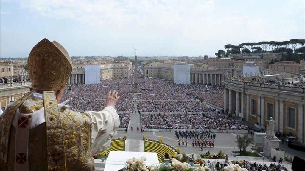 Foto facilitada por el diario vaticano L'Osservatore Romano que muestra al papa Benedicto XVI mientras impartía la bendición Urbi et Orbi hoy en el Vaticano. EFE