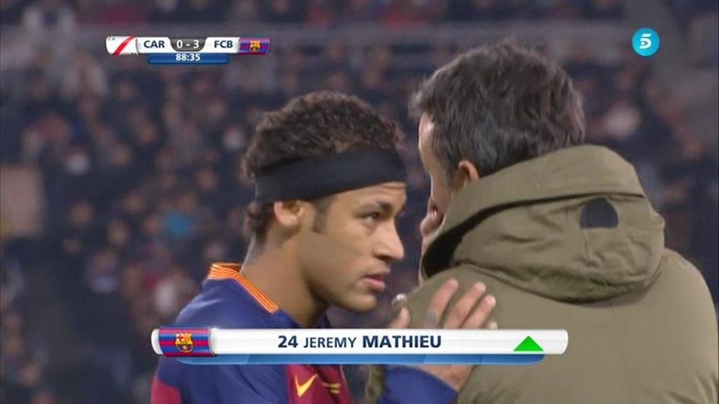 ¿Gesto de buen rollo o queja a Luis Enrique? Así fue el cambio de Neymar en la final