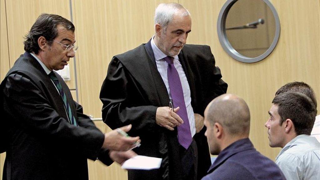 Los abogados de dos de los cuatro presos de la prisión de Picassent que en noviembre de 2007 perpetraron un motín en esta carcel valenciana, hablan con sus defendidos antes del comienzo de la vista esta mañana en la Ciudad de la Justicia de Valencia. EFE