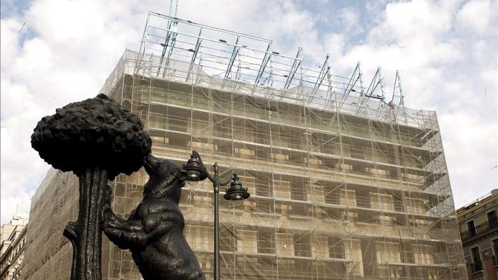 """El anuncio de """"Tío Pepe"""", uno de los elementos distintivos de la Puerta del Sol de Madrid, ha sido hoy desmontado de su lugar con motivo de unas obras de rehabilitación del edificio. EFE"""