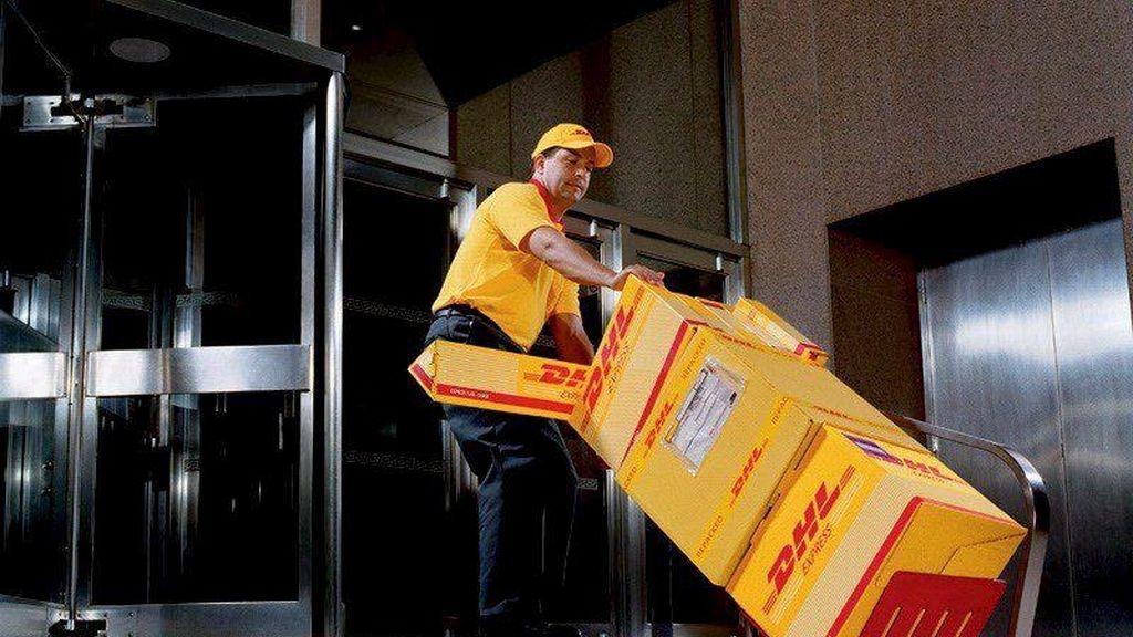 En la imagen, un trabajador de DHL. EFE/Archivo