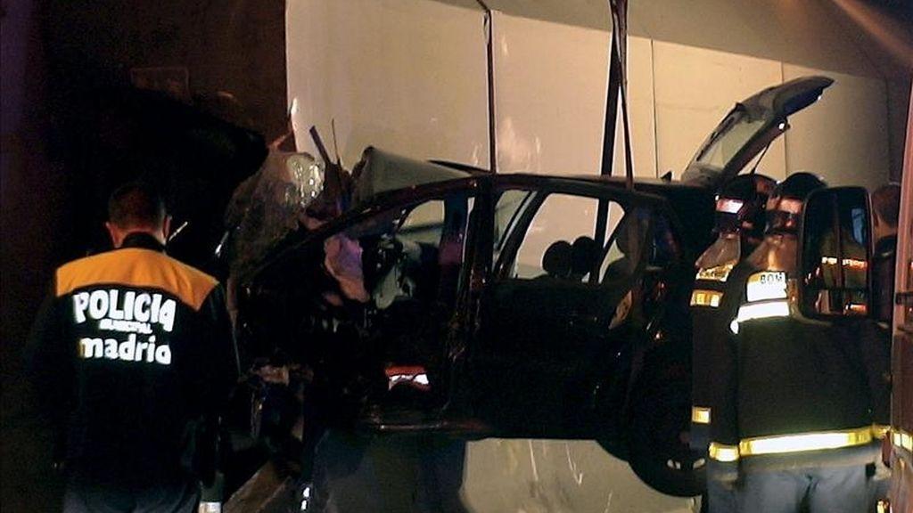 Fotografía facilitada por el Ayuntamiento de Madrid del estado en que quedó el turismo que sufrió un accidente en el tunel de la M-23 de la prolongación de O'Donnell. EFE/Archivo