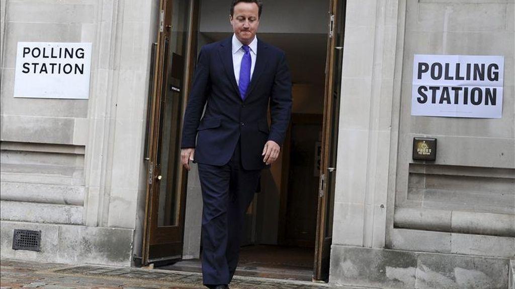 El primer ministro británico, David Cameron, sale de votar en un colegio electoral en Londres (Reino Unido).  EFE