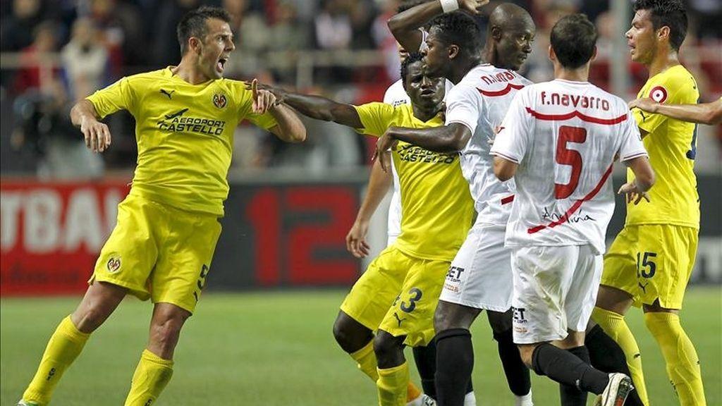 El defensa del Villarreal CF Carlos Marchena se encara con el centrocampista marfileño del Sevilla CF Koffi Romaric. Foto: EFE/Archivo