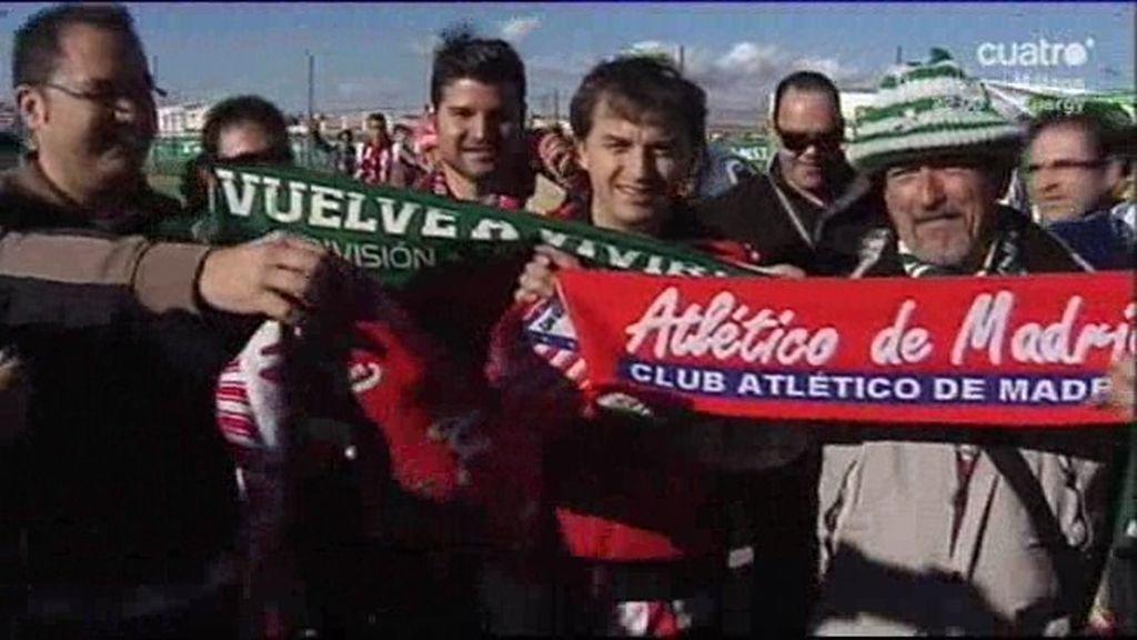 ¡Viva la deportividad en el fútbol! Aficionados del Elche y Atleti cambian bufandas