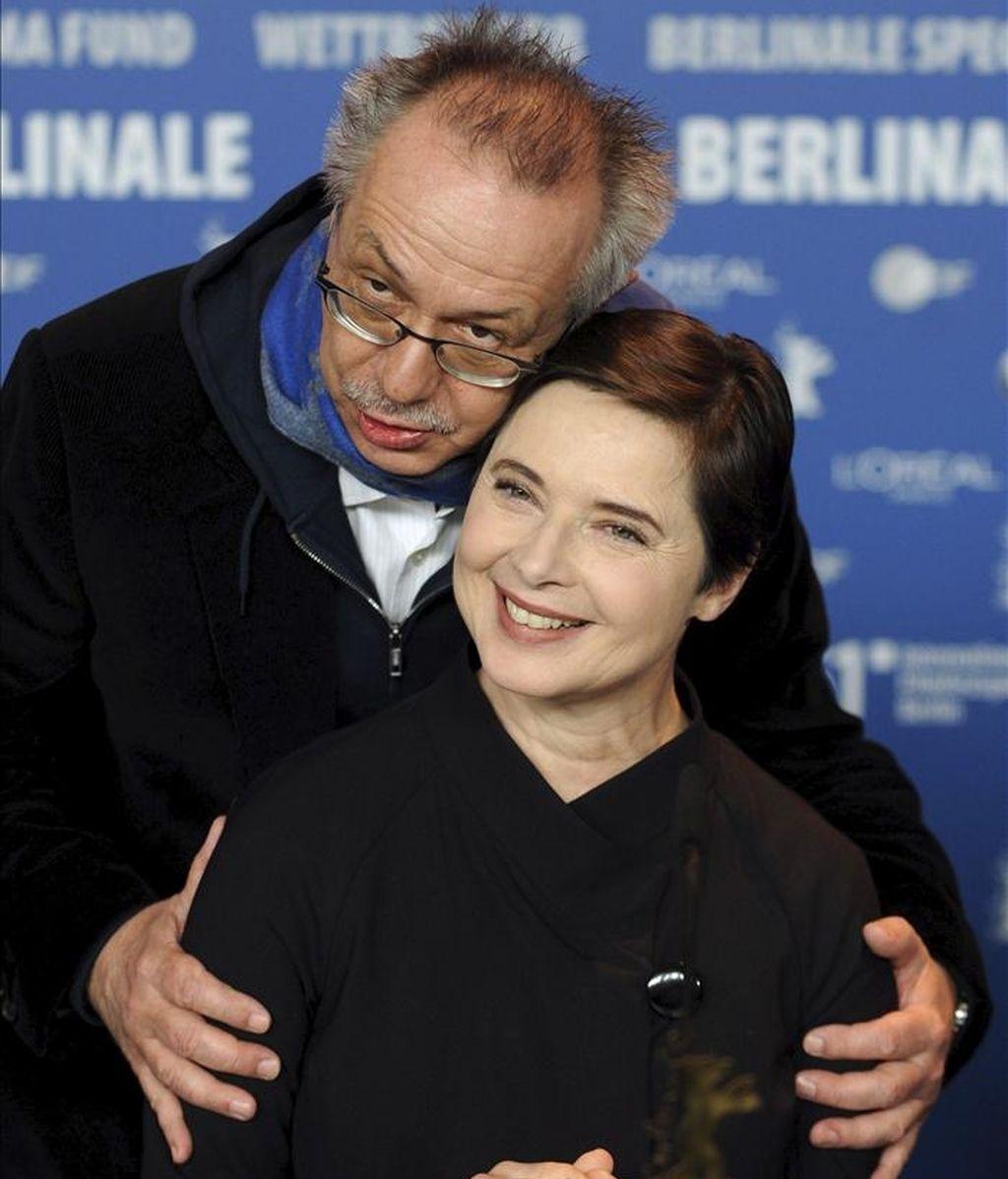 La actriz y directora italiana Isabella Rossellini (d) posa junto al director de la Berlinale, Dieter Kosslick, durante el pase gráfico de los miembros del jurado de la 61 edición del Festival Internacional de Cine de Berlín (Alemania), hoy, jueves 10 de febrero de 2011. EFE