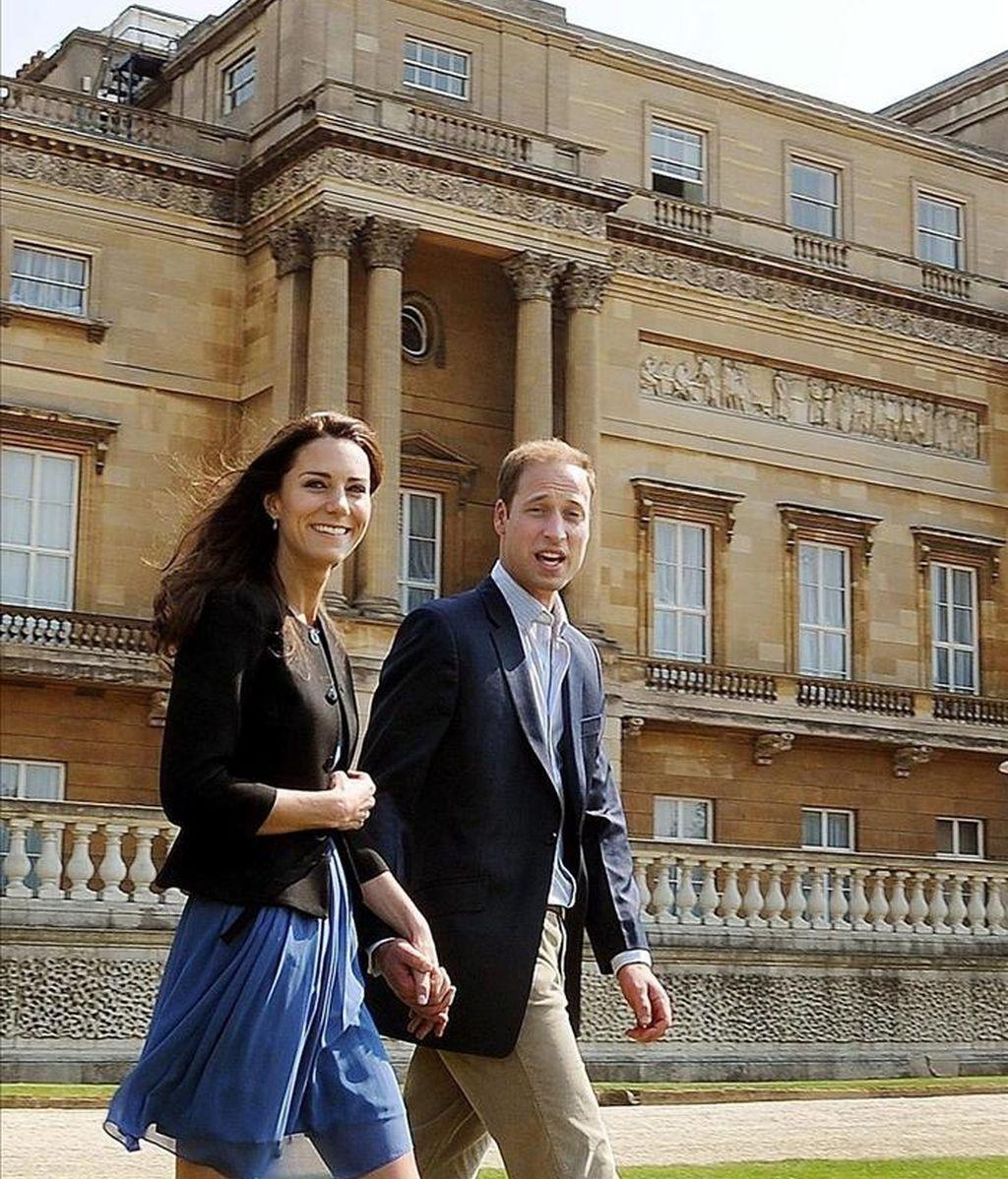 El príncipe Guillermo y Catalina, los nuevos duques de Cambridge, caminan agarrados de la mano el recinto del palacio de Buckingham, en Londres. EFE/Archivo